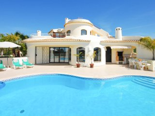 Villa MENA, Cosy and tastefuly furnished south facing villa with pool & Wi-Fi