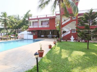 1-BR boutique room with a pool, 1.5 km from Morjim Beach