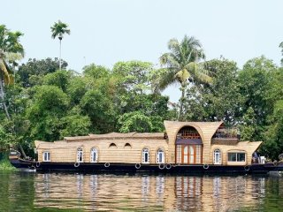 Tastefully decorated wooden 4-bedroom houseboat