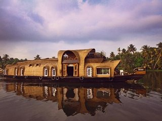 Spacious 3-bedroom houseboat for a peaceful stay