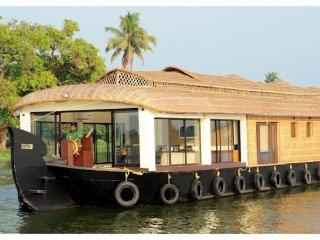 Lavish 2-BR houseboat