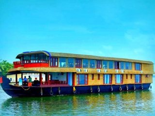 Exuberant vacation for a large group in a 6-BR houseboat