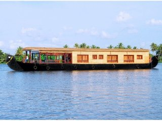 Peaceful 3-BR houseboat, ideal for a family getaway