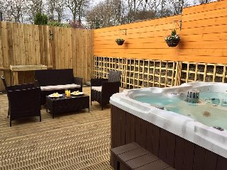 No 23 Forth St- Contemporary One Bedroom Apartment with Hot Tub, Dunfermline