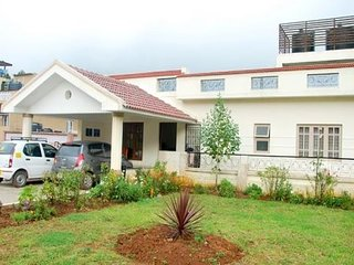 6-BR cottage with a hilly view, 2.7 km from Rose Garden