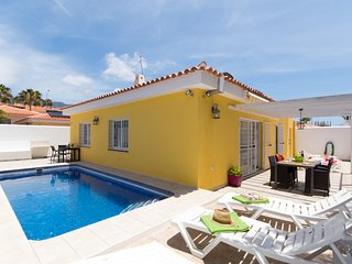ROS8756402| Beautiful 3 bedroom 3 bathroom Villa. Private heated pool.Near beach