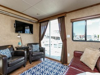 Beautiful, Spacious Houseboat in Downtown Baltimore