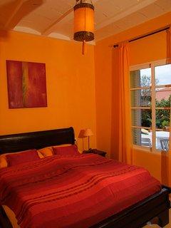 warmes, oranges Schlafzimmer, Bett 160x200cm mit verschiedenen Härtegradmatratzen alles Bio.....