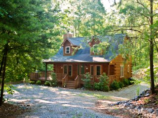 Cabin in the woods, 5 minutes from TIEC, Gated Community