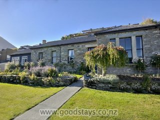 Stone House: Historic yet modernised, garden, views, close to downtown.