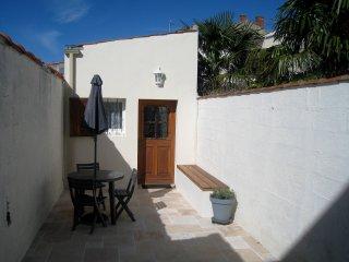 Terrasse de l'entrée avec banc et premier salon de jardin