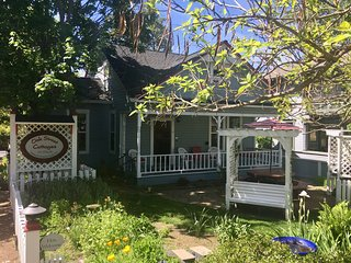 Oak Street Cottages ~ Sherwin ~ 1.5 Blocks to Oregon Shakespeare Festival!
