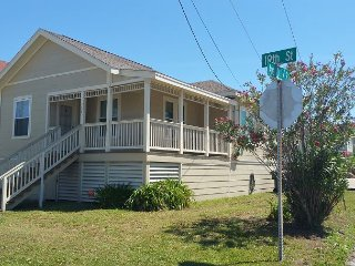 1 Blk to Beach, 2+ BR, 1 BA, Sleeps 8, WiFi