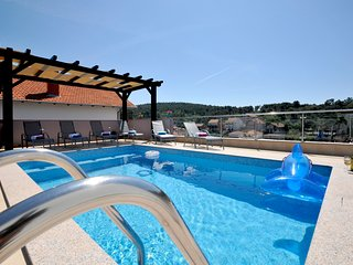 Brand new luxury villa/Roof pool !Avbl. in season