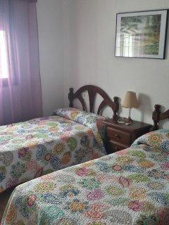 Dormitorio 1, con dos camas individuales (90cm) y armario