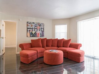 Modern 2 bedroom 2 bath near Convention Center and Strip