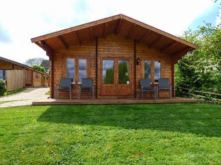 PENNYLANDS WILLOW LODGE, two en-suite bedrooms, WiFi, pet-friendly lodge on edge