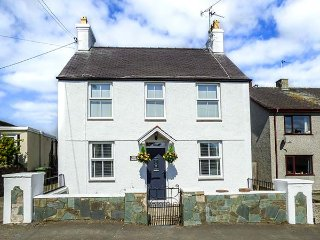 MONA HOUSE, detached, WiFi, garden with furniture, pet-friendly, near Rhosneigr,