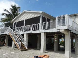 """Gone Coastal"" - 25 miles to Key West; Canal Front w/Boatlift; Family-Friendly, Little Torch Key"