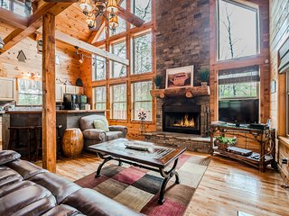 Secluded Cabin | 2BR 3BA | Sauna | Hot Tub | Seasonal Mtn Views | Jacuzzi Tub