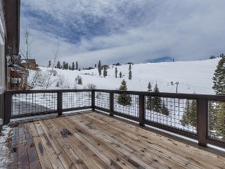 Tahoe Donner 5 BR with Private Hot Tub - HOA Beach + Pools + Fitness