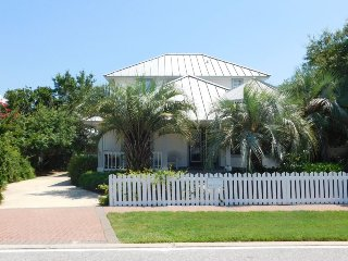 Crystal Cottage in Crystal Shores, just one Block to the Beach! Perfect Spring, Destin