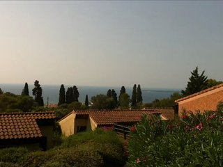 Au coeur d'un parc boisé, résidence avec piscine, villa 2 pièces  + mezzanine