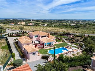 Villa Rosmaninho - 5 bedrooms, outdoor kitchen and stunning gardens. Close to