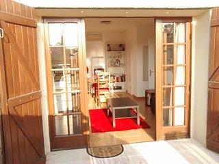 Veronique Lower Flat: Living/kit, bedrm, veranda, gdn, yard, prkg. Many games