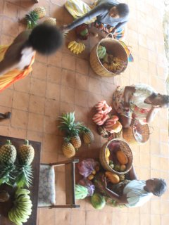 Les vendeuses de fruits viennent tous les matins pour des matinées sucrées