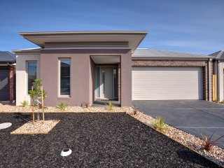 VILLA ALTITUDE 13 - POINT COOK 5Bdrm, Great for groups, 30min to CBD