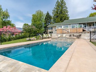 Dog-friendly w/private infinity pool and hot tub & amazing lake, mountain views!, Manson