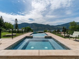 Dog-friendly w/private infinity pool and hot tub & amazing lake, mountain views!