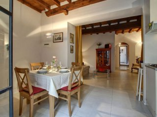 Il Tulipano apartment in Oltrarno with WiFi, air conditioning & private terrace.