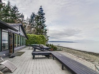 Stunning waterfront home w/ large deck, & gas grill - dog friendly!