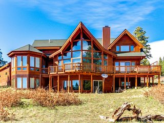 Elegant lodge w/ private hot tub, outdoor fire, & sweeping mountain views!