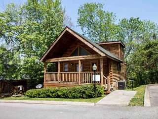 Nana Bear ~ 2BR/2BA Great Location! Cozy Log Cabin -, Pigeon Forge