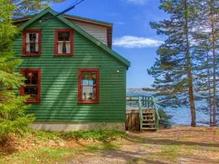 Rustic bayfront cottage w/ private dock & deck - minutes to downtown!