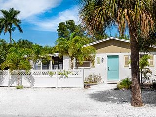 Cozy affordable 2-bedroom cottage steps to beach in Anna Maria
