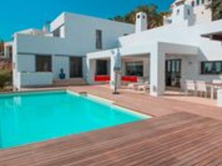 Stunning immaculate villa available for holiday rentals, infinity pool & views