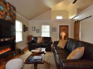 Vaughan House - A 3 BR 2 BA luxury guesthouse just 3 miles from Fredericksburg