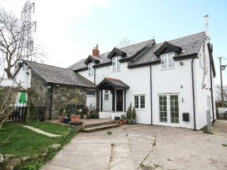 GLAN Y GORS RETREAT, open plan, rural location, views, in Colwyn Bay, Ref