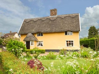 TATTLEPOT FARMHOUSE, thatched cottage, open fire, character features, in Pulham