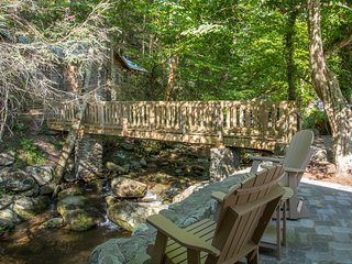 Walk to Downtown Gatlinburg/On Roaring Fork Stream/Luxurious Cabin