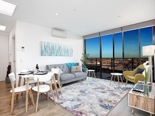 StayCentral on Northcote Hill, 2Br great city views cafes shops trams