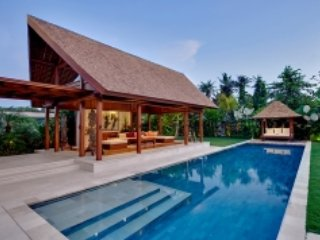 Art  and luxury villa 2 BR  3 mins heading to Berawa Beach
