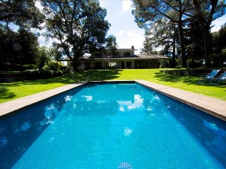 Marvelous 6-bedroom estate in Cadedeu, set on a lovely landscape, only 30km
