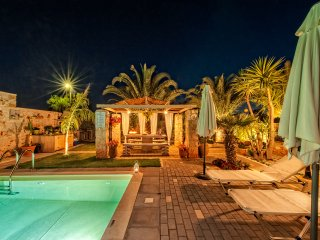 Massive 300 sqm Villa, accommodates up to 20guests