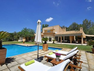 Enchanting country house with pool and Tennis Court in Bunyola for families. TV