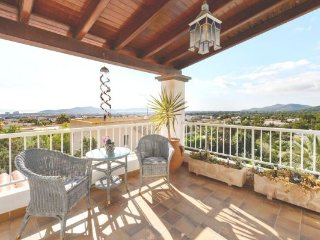Bright spacious 5 bedrooms villa in a quiet residential area, Sant Jordi